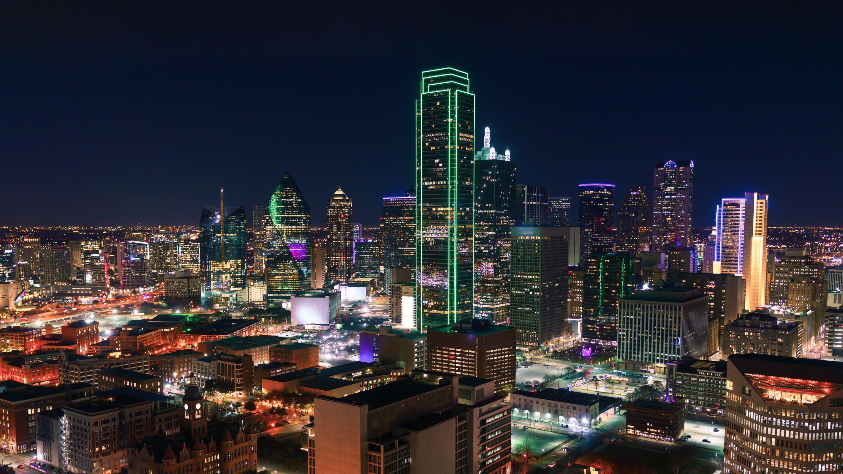 dallas-texas-cityscape-with-skyscrapers-illuminate-ND7RMPE