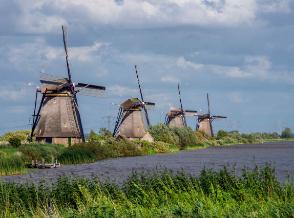 windmills-in-kinderdijk-the-netherlands-6S8FEAD-1