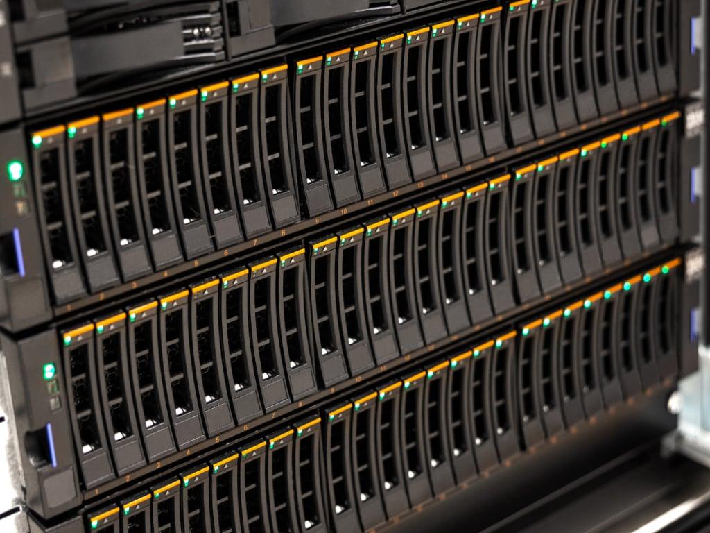 standard-large-san-disk-cabinet-in-rack-at-datacenter-BPSR5WX